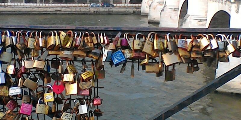 Paris'te aşk direniyor!