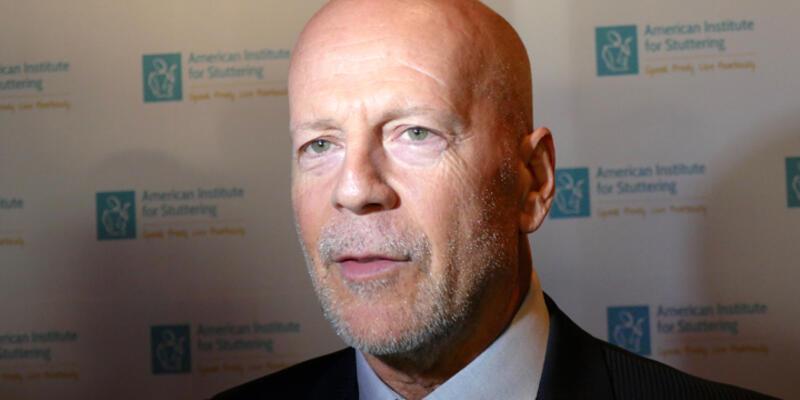 """Bruce Willis """"kekeme ödülü"""" aldı"""