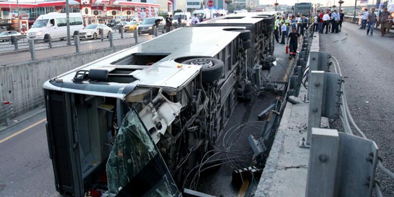 İstanbul Cevizlibağ'da metrobüs devrildi: Yaralılar var
