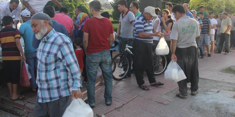 Adana'da iftar öncesi kar kuyruğu