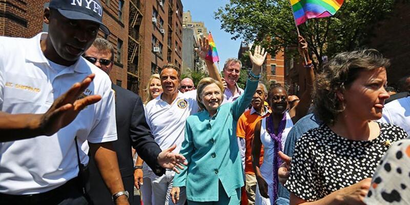 Hillary Clinton, New York'taki LGBT yürüyüşüne katıldı