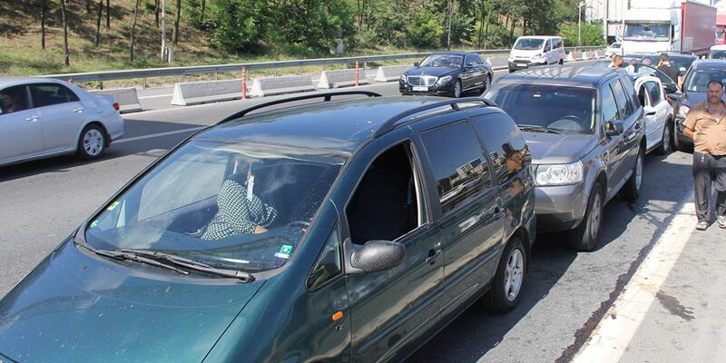 TEM'de trafik kazası: Trafik felç...