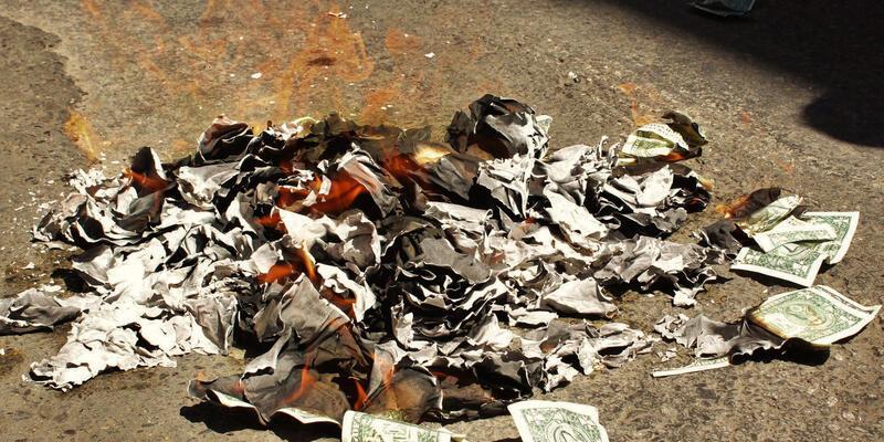 Müzisyenler sokak ortasında 5 bin doları yaktı