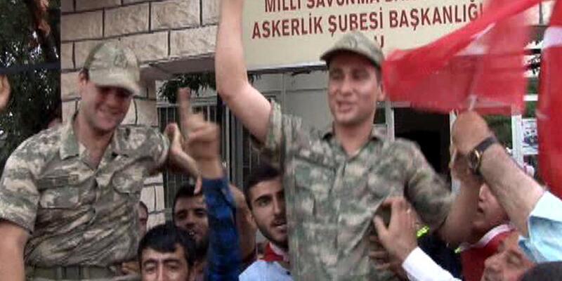 Elazığ'da vatandaşlar askerleri omuzlara aldı