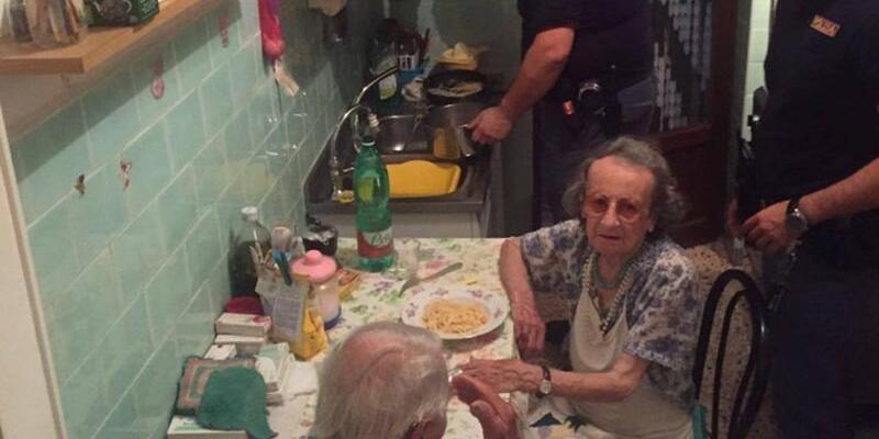 İhbarı alan polis, yaşlı çifte makarna yapıp geri döndü