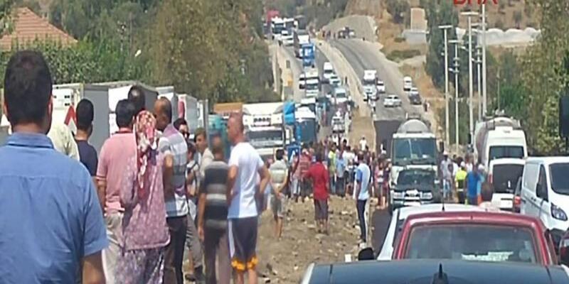 Köylüler Bodrum yolunu 3 saat kapadı, araç kuyruğu 10 kilometreye uzadı