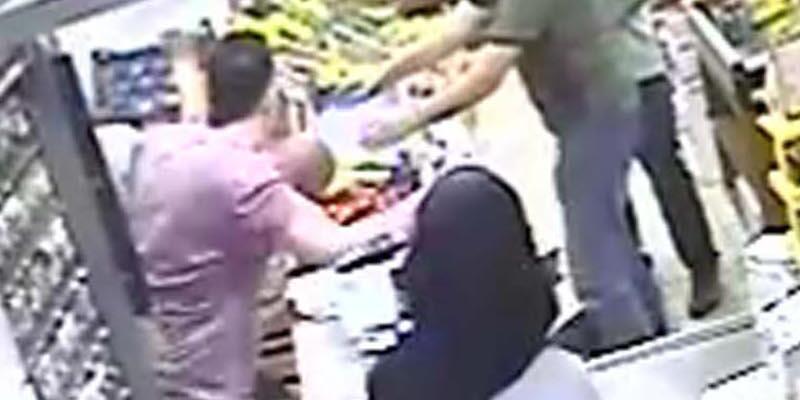 Markette kızının gözü önünde dövüldü