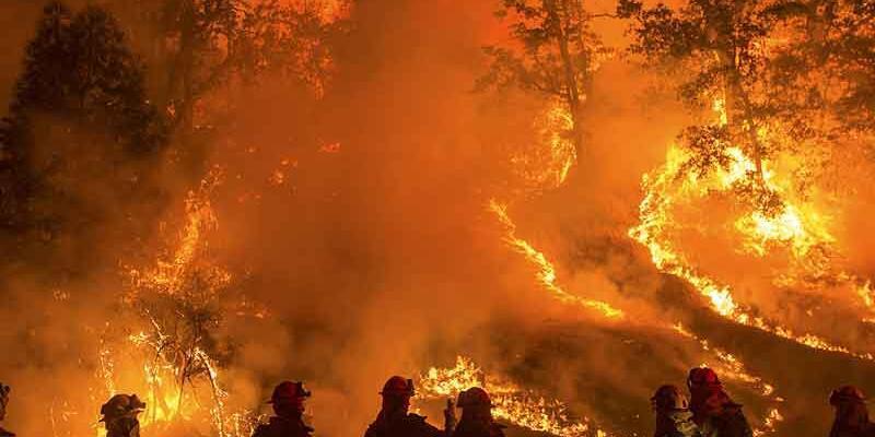 Kaliforniya'da yüzlerce ev yandı, 82 bin kişi tahliye edildi