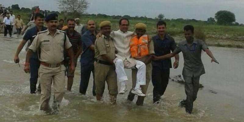 Hindistan'da eyalet lideri kucakta taşındı