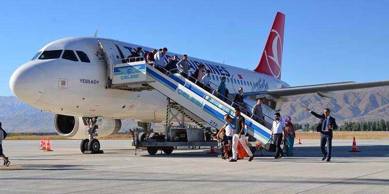 Yüksekova'daki Selahaddin Eyyubi Havalimanı'na 13 ay sonra ilk uçak indi