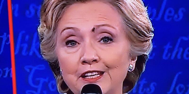 Hillary Clinton'un yüzüne konan sinek 'ünlü oldu'