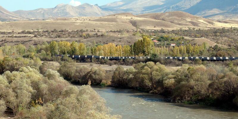 Erzincan'da yük trenine bombalı saldırı