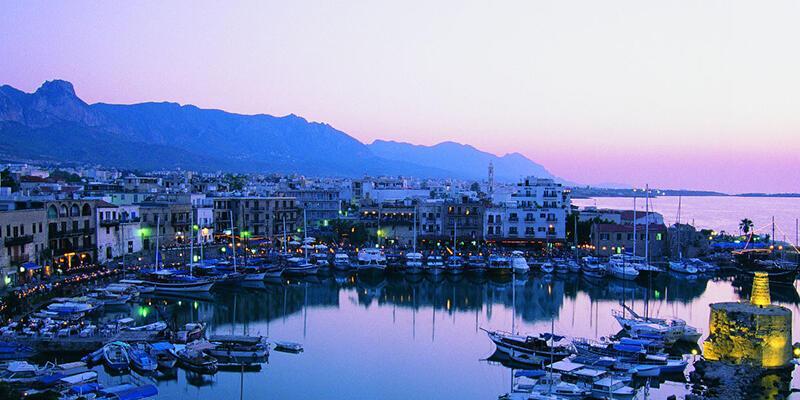 Kıbrıs'ta kuzey ve güney arasında saatler de ayrıldı