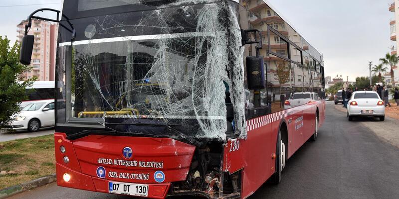 Antalya'da halk otobüsü durağa daldı