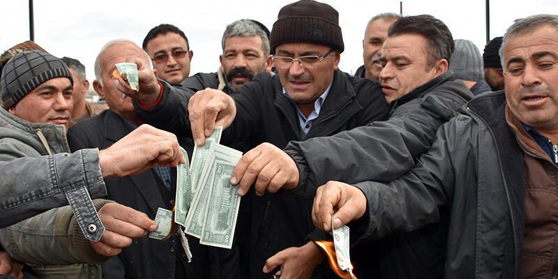 Aksaray'da besiciler dolarları ateşe verdi