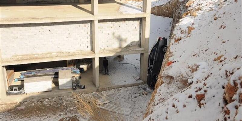 Kayan araç inşaatın temeline düştü