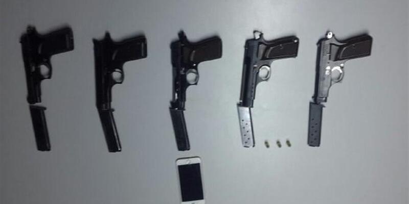Biletsiz yolcunun valizinden 5 adet ruhsatsız tabanca çıktı