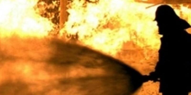 Evde yangın bir aile yok oldu