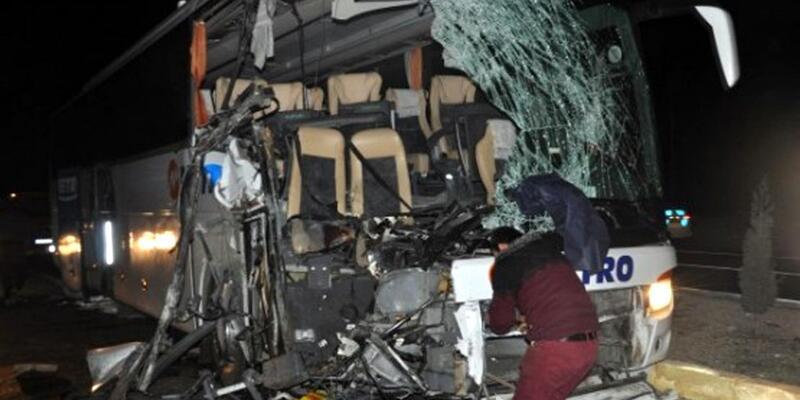 Yolcu otobüsü, kamyonla çarpıştı: 1 ölü, 12 yaralı