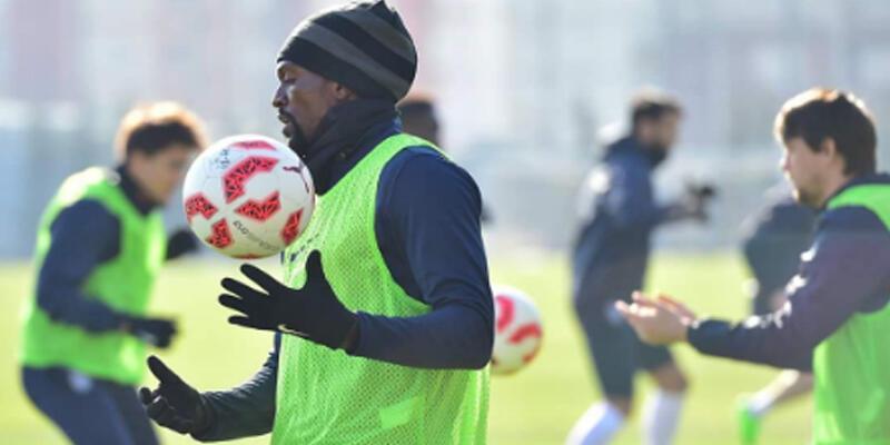 Emmanuel Adebayor ilk antrenmanına çıktı