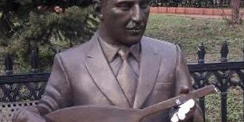 Halk ozanının heykelinin kolunu kırdılar