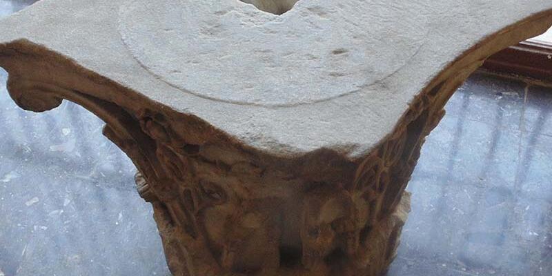 Sehpa olarak kullandıkları mermer Roma eseri çıktı