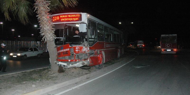 Belediye otobüsü ağaca çarptı: 3 yaralı