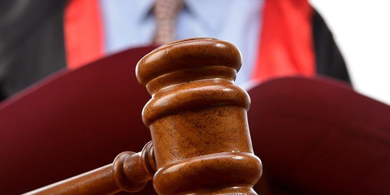 Hakim 'nasıl öldürdün' deyince, duruşmada cinayeti canlandırdı