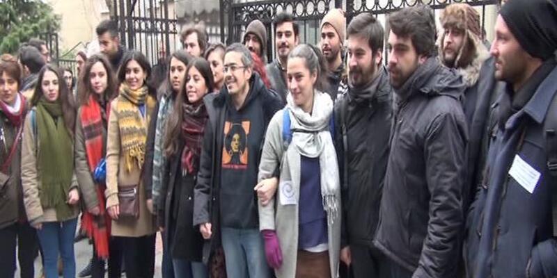 İhraç edilen akademisyenleri öğrenciler ve meslektaşları uğurladı