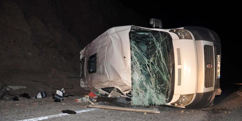Mültecileri taşıyan minibüs devrildi: 7 yaralı
