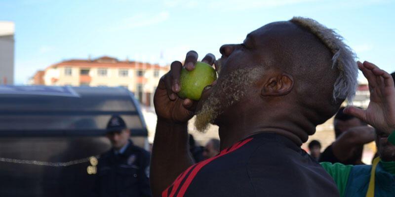 Galibiyeti elma yiyerek kutladılar