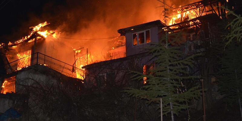 Tokat'ta çıkan yangında 3 ahşap ev kullanılmaz hale geldi.