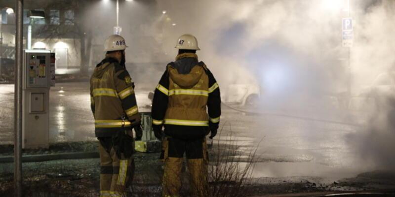 İsveç'te göçmen banliyösünde isyan çıktı, araçlar ateşe verildi