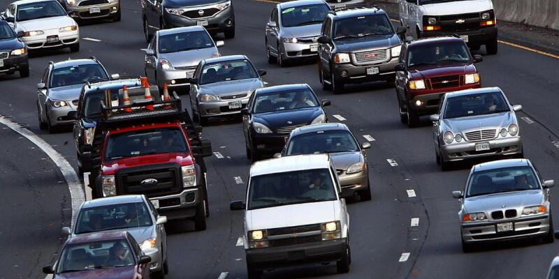 Trafikteki otomobillerin tepesinde uyarı mesajları yazacak