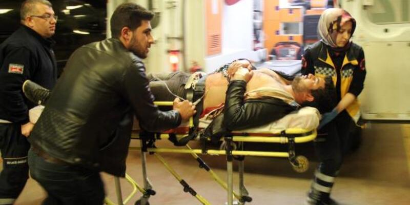 Yolda yürürken bıçaklandı