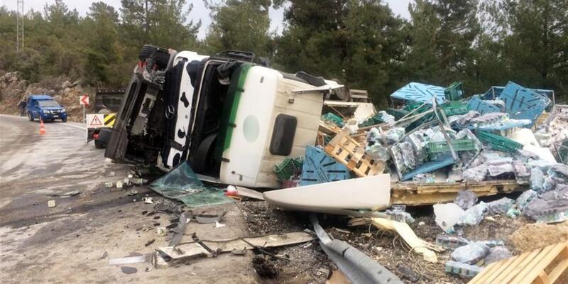 TIR ve kamyon kafa kafaya çarpıştı