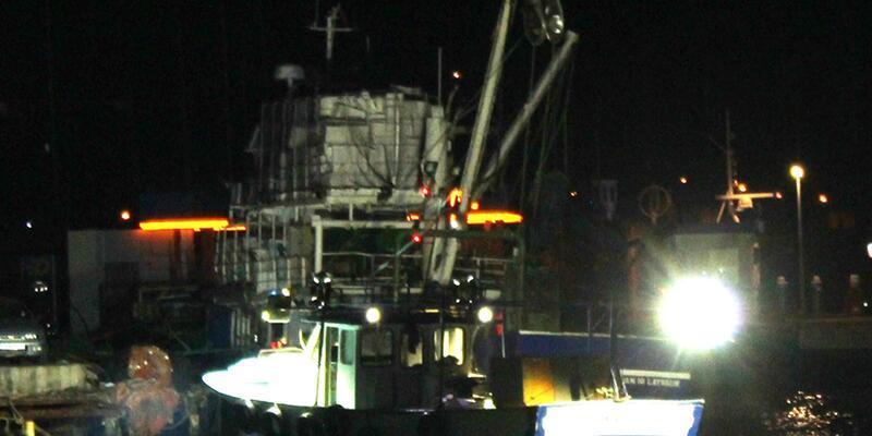 Yanan teknedekileri sahil güvenlik kurtardı