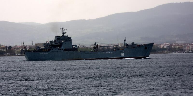 Rus çıkarma gemisi Çanakkale Boğazı'ndan geçti