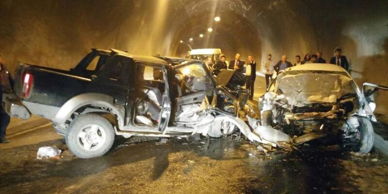 Tünelde iki araç kafa kafaya çarpıştı: 3 ölü, 3 yaralı