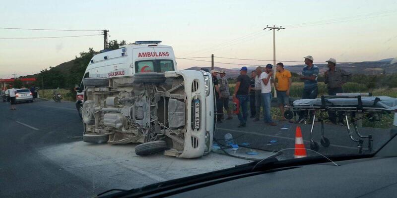 İzmir Bergama'da minibüs ve otomobil çarpıştı: 5'i çocuk 11 yaralı