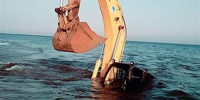 Denize giren kepçe battı, operatör yüzerek kurtuldu
