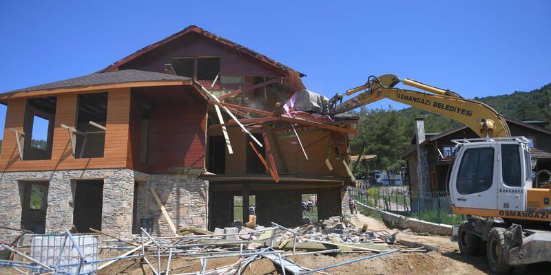 Bursa'da kaçak 2 villa yıkıldı