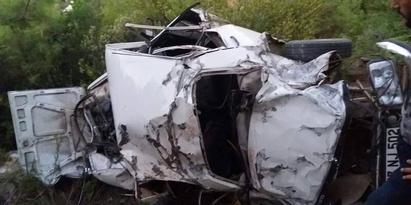 Antalya'da otomobil uçuruma yuvarlandı: 2 ölü, 2 yaralı