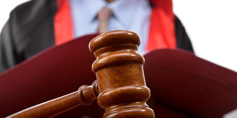 Hakimi bıçakladı, tahliye edildi