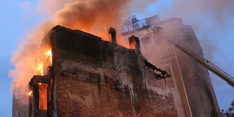 İstanbul Taksim'de bir binada yangın