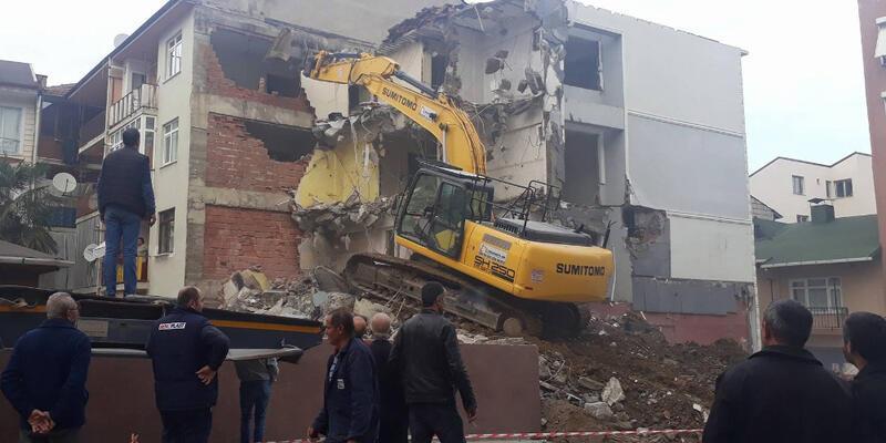 İş makinesi içinde insanlar varken yanlış binayı yıktı