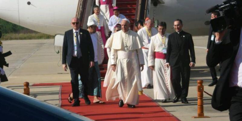 Papa: Myanmar'a evim diyen herkes temel insan haklarını hak ediyor