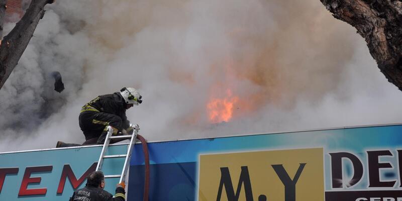 İş yeri yanarken içerdeki malzemeleri kurtarmaya çalıştılar