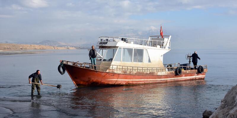 Fırtınanın getirdiği kum yüzünden balıkçı tekneleri limana yanaşamıyor