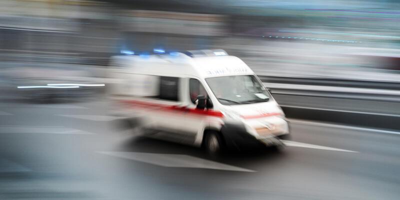 Polis aracına otomobil çarptı: 2 yaralı
